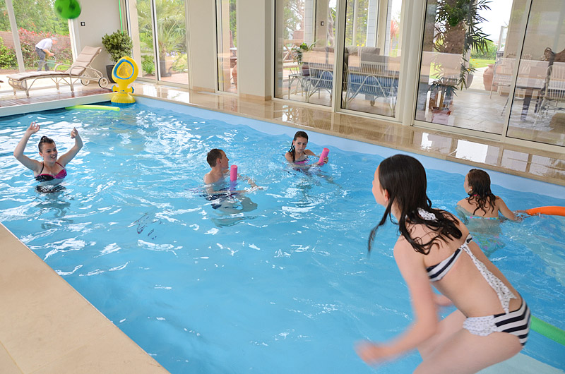 La piscine intérieure privative de la Villa des Pins