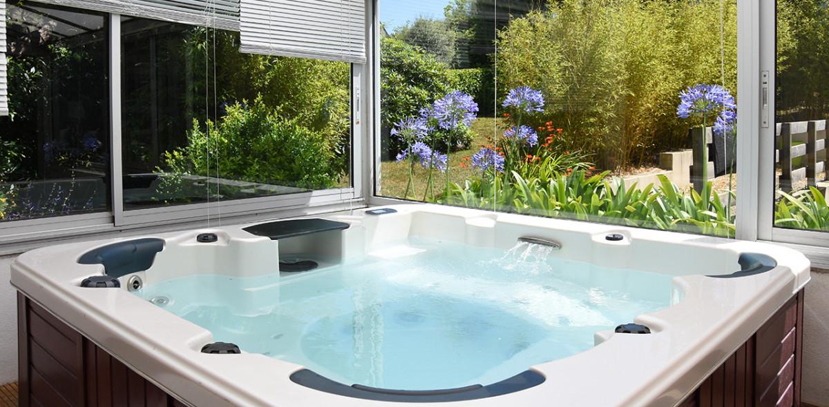 Le spa (jacuzzi) de la Villa des Pins