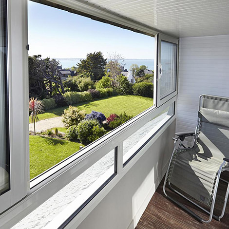 La vue sur mer depuis le jardin de la Villa des Pins