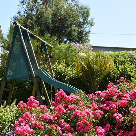 La balançoire et le toboggan du jardin de la Villa des Pins